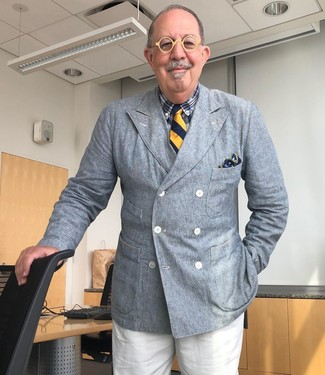 Comment s'habiller après 60 ans: Pense à porter un blazer croisé gris et un pantalon de costume blanc pour une silhouette classique et raffinée.