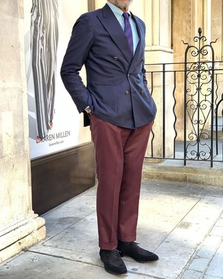 Comment porter: blazer croisé bleu marine, chemise de ville bleu clair, pantalon de costume bordeaux, chaussures derby en daim noires