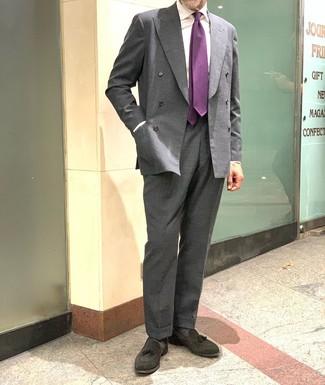 Comment porter: blazer croisé gris foncé, chemise de ville blanche, pantalon de costume gris foncé, mocassins à pampilles en daim noirs