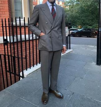 Comment porter: blazer croisé gris, chemise de ville bleu clair, pantalon de costume gris, chaussures derby en cuir olive