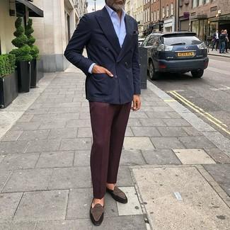 Comment porter une chemise de ville bleu clair: Essaie de marier une chemise de ville bleu clair avec un pantalon de costume bordeaux pour dégager classe et sophistication. Tu veux y aller doucement avec les chaussures? Termine ce look avec une paire de des slippers en daim marron foncé pour la journée.