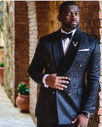 Comment porter: blazer croisé en brocart noir, chemise de ville blanche, pantalon de costume noir, nœud papillon noir