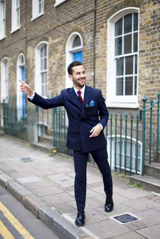 Comment porter un pantalon de costume bleu marine: L'association d'un blazer croisé bleu marine et d'un pantalon de costume bleu marine peut te démarquer de la foule. Pour les chaussures, fais un choix décontracté avec une paire de des chaussures derby en cuir noires.