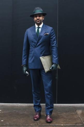 Comment porter un pantalon de costume bleu marine: Pense à marier un blazer croisé bleu marine avec un pantalon de costume bleu marine pour dégager classe et sophistication. Décoince cette tenue avec une paire de des chaussures derby en cuir pourpre foncé.