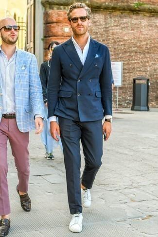Comment porter un pantalon de costume bleu marine: Marie un blazer croisé bleu marine avec un pantalon de costume bleu marine pour un look pointu et élégant. Tu veux y aller doucement avec les chaussures? Opte pour une paire de des baskets basses en cuir blanches pour la journée.