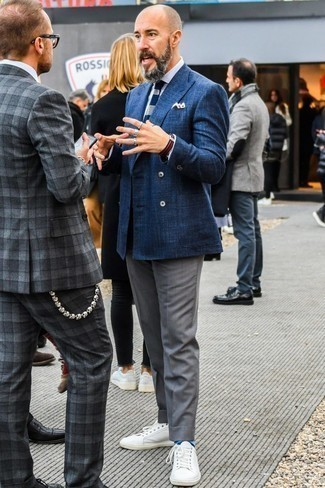 Comment porter une pochette de costume bleu marine: Essaie de marier un blazer croisé bleu marine avec une pochette de costume bleu marine pour un déjeuner le dimanche entre amis. Complète ce look avec une paire de des baskets basses en cuir blanches.