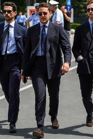 Comment s'habiller pour un style elégantes: Harmonise un blazer croisé noir avec un pantalon de costume noir pour un look classique et élégant. Si tu veux éviter un look trop formel, complète cet ensemble avec une paire de des mocassins à pampilles en daim marron.