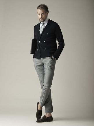 Comment porter une cravate en tricot grise: Harmonise un blazer croisé noir avec une cravate en tricot grise pour dégager classe et sophistication. Tu veux y aller doucement avec les chaussures? Termine ce look avec une paire de des slippers en daim marron foncé pour la journée.