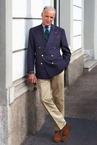 Comment porter une cravate vert foncé: Harmonise un blazer croisé bleu marine avec une cravate vert foncé pour un look pointu et élégant. Jouez la carte décontractée pour les chaussures et choisis une paire de des chaussures richelieu en daim marron.