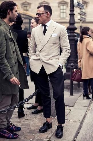Comment porter des monks en cuir noirs: Pense à marier un blazer croisé beige avec un pantalon de costume noir pour un look pointu et élégant. Une paire de des monks en cuir noirs apporte une touche de décontraction à l'ensemble.