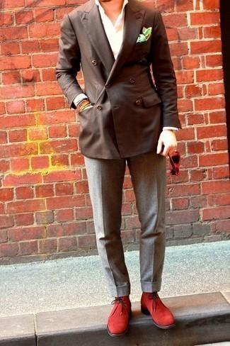 Comment porter un blazer croisé marron foncé: Fais l'expérience d'un style élégant et raffiné avec un blazer croisé marron foncé et un pantalon de costume gris. Jouez la carte décontractée pour les chaussures et choisis une paire de des bottines chukka en daim rouges.