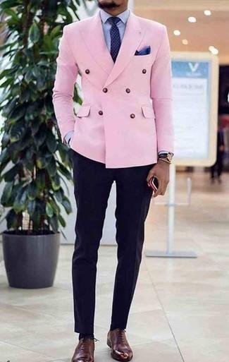 Comment porter un pantalon de costume: Pense à associer un blazer croisé rose avec un pantalon de costume pour une silhouette classique et raffinée. Une paire de des chaussures richelieu en cuir bordeaux apporte une touche de décontraction à l'ensemble.