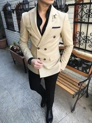 Comment porter un pantalon de costume: Essaie de marier un blazer croisé beige avec un pantalon de costume pour une silhouette classique et raffinée. Tu veux y aller doucement avec les chaussures? Fais d'une paire de des bottines chelsea en cuir noires ton choix de souliers pour la journée.