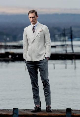 Comment porter un pantalon de costume: Pense à marier un blazer croisé beige avec un pantalon de costume pour un look pointu et élégant. Jouez la carte décontractée pour les chaussures et opte pour une paire de des slippers en cuir pourpre foncé.