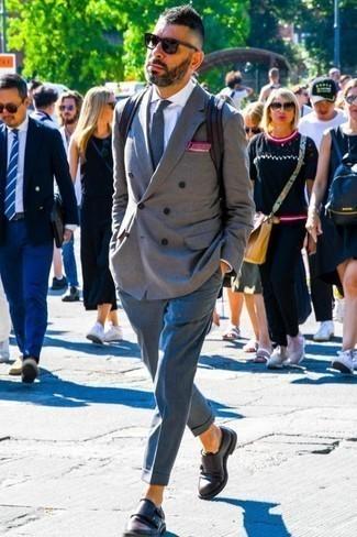 Comment porter un blazer croisé gris: Sois au sommet de ta classe en portant un blazer croisé gris et un pantalon de costume bleu. Si tu veux éviter un look trop formel, assortis cette tenue avec une paire de des double monks en cuir marron foncé.