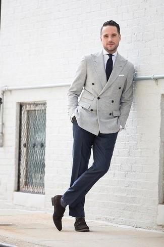 Comment porter un blazer croisé gris: Associer un blazer croisé gris et un pantalon de costume bleu marine créera un look pointu et élégant. Décoince cette tenue avec une paire de des double monks en daim marron foncé.