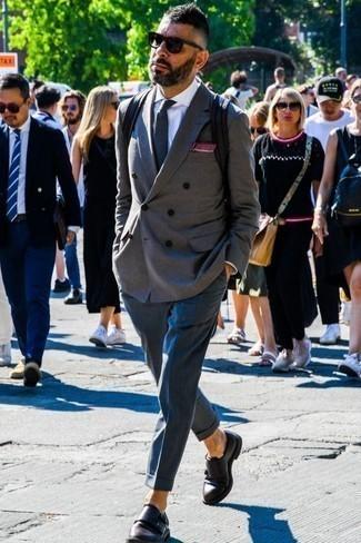 Comment porter un blazer croisé gris: Associe un blazer croisé gris avec un pantalon de costume bleu marine pour une silhouette classique et raffinée. Tu veux y aller doucement avec les chaussures? Complète cet ensemble avec une paire de des double monks en cuir marron foncé pour la journée.