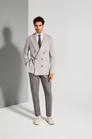 Comment porter un pantalon de costume gris: Choisis un blazer croisé gris et un pantalon de costume gris pour une silhouette classique et raffinée. Jouez la carte décontractée pour les chaussures et opte pour une paire de des chaussures de sport beiges.