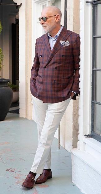 Comment porter un pantalon de costume blanc: Quelque chose d'aussi simple que d'opter pour un blazer croisé à carreaux bordeaux et un pantalon de costume blanc peut te démarquer de la foule. Une paire de des monks en cuir bordeaux apportera un joli contraste avec le reste du look.