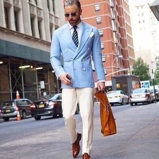 Comment porter des chaussures richelieu en cuir tabac: Pense à porter un blazer croisé bleu clair et un pantalon de costume blanc pour dégager classe et sophistication. Pour les chaussures, fais un choix décontracté avec une paire de des chaussures richelieu en cuir tabac.