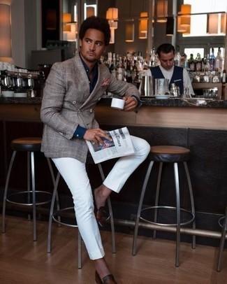 Comment porter un blazer croisé écossais gris pour un style elégantes: Pense à marier un blazer croisé écossais gris avec un pantalon de costume blanc pour une silhouette classique et raffinée. Si tu veux éviter un look trop formel, fais d'une paire de des slippers en cuir marron ton choix de souliers.