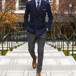 Comment porter des chaussures richelieu en cuir tabac: Associe un blazer croisé à rayures verticales bleu marine avec un pantalon de costume gris pour une silhouette classique et raffinée. Complète ce look avec une paire de des chaussures richelieu en cuir tabac.