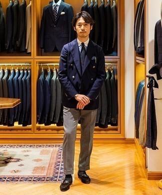Comment porter des slippers en daim marron foncé: Pense à harmoniser un blazer croisé bleu marine avec un pantalon de costume gris pour un look classique et élégant. Si tu veux éviter un look trop formel, fais d'une paire de des slippers en daim marron foncé ton choix de souliers.