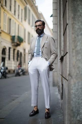 Comment porter une chemise de ville bleu clair: Essaie de marier une chemise de ville bleu clair avec un pantalon de costume blanc pour un look classique et élégant. Si tu veux éviter un look trop formel, complète cet ensemble avec une paire de des slippers en cuir marron foncé.