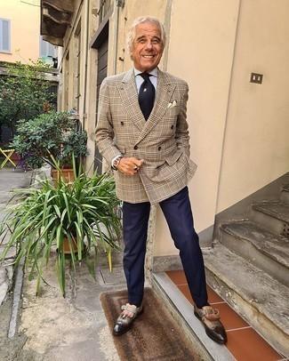 Comment porter une pochette de costume jaune: Choisis pour le confort dans un blazer croisé écossais marron clair et une pochette de costume jaune. Apportez une touche d'élégance à votre tenue avec une paire de des slippers en cuir à franges marron foncé.