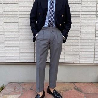 Tendances mode hommes: Opte pour un blazer croisé bleu marine avec un pantalon de costume gris pour un look classique et élégant. Jouez la carte décontractée pour les chaussures et assortis cette tenue avec une paire de mocassins à pampilles en cuir noirs.