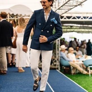 Tendances mode hommes: Essaie d'harmoniser un blazer croisé bleu marine avec un pantalon de costume beige pour un look pointu et élégant. Tu veux y aller doucement avec les chaussures? Assortis cette tenue avec une paire de chaussures brogues en cuir noires et blanches pour la journée.