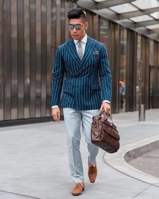 Comment porter une cravate: Pense à porter un blazer croisé à rayures verticales bleu marine et une cravate pour dégager classe et sophistication. Tu veux y aller doucement avec les chaussures? Choisis une paire de slippers en daim marron pour la journée.