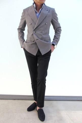 Comment s'habiller après 40 ans: Pense à harmoniser un blazer croisé gris avec un pantalon de costume noir pour une silhouette classique et raffinée. Si tu veux éviter un look trop formel, assortis cette tenue avec une paire de slippers en daim noirs.