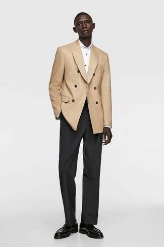 Comment s'habiller pour un style elégantes: Harmonise un blazer croisé marron clair avec un pantalon de costume noir pour dégager classe et sophistication. D'une humeur audacieuse? Complète ta tenue avec une paire de slippers en cuir noirs.