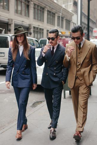 Comment porter: blazer croisé écossais bleu marine, chemise de ville violette, pantalon de costume bleu marine, double monks en cuir marron