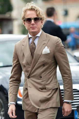 Comment porter un blazer à rayures verticales marron: Marie un blazer à rayures verticales marron avec un pantalon de costume à rayures verticales marron pour un look classique et élégant.