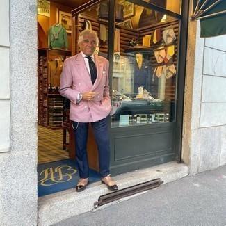 Comment s'habiller après 60 ans: Porte un blazer croisé rose et un pantalon de costume bleu marine pour un look pointu et élégant. Si tu veux éviter un look trop formel, complète cet ensemble avec une paire de double monks en cuir marron.