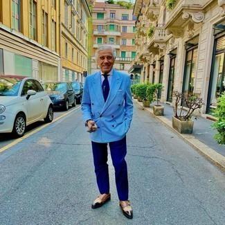 Comment s'habiller après 60 ans: Harmonise un blazer croisé à carreaux bleu clair avec un pantalon de costume bleu marine pour un look pointu et élégant. Jouez la carte décontractée pour les chaussures et choisis une paire de double monks en cuir marron.