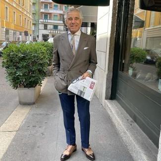 Comment s'habiller après 60 ans: Fais l'expérience d'un style élégant et raffiné avec un blazer croisé à carreaux marron et un pantalon de costume bleu marine.