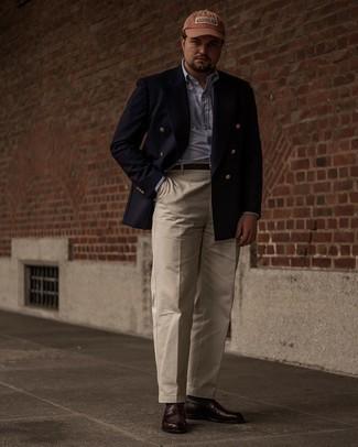 Tendances mode hommes: Essaie d'associer un blazer croisé bleu marine avec un pantalon de costume beige pour un look classique et élégant. Mélange les styles en portant une paire de slippers en cuir marron foncé.