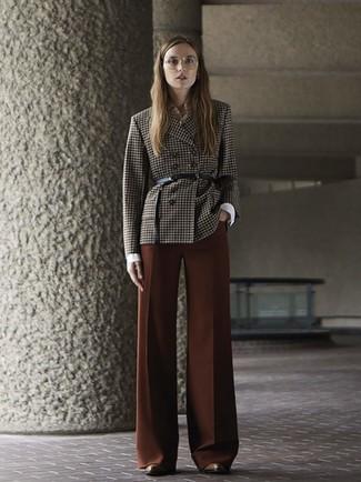 Comment porter: blazer croisé à carreaux marron foncé, chemise de ville blanche, pantalon large marron, bottines en cuir marron