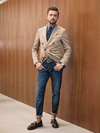 Comment porter: blazer croisé marron clair, chemise en jean bleue, jean bleu marine, mocassins à pampilles en cuir marron foncé