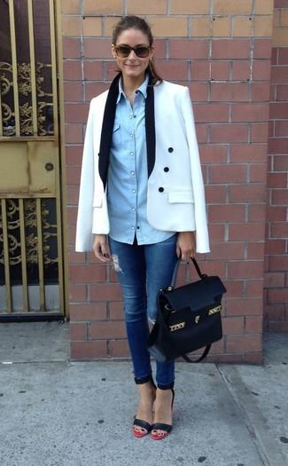 Tenue de Olivia Palermo: Blazer croisé blanc, Chemise en jean bleu clair, Jean skinny déchiré bleu, Sandales à talons en cuir rouge et noir