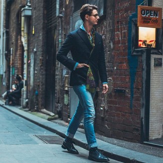 Comment porter des chaussettes á pois bleu marine en automne: Pense à associer un blazer croisé noir avec des chaussettes á pois bleu marine pour obtenir un look relax mais stylé. Transforme-toi en bête de mode et fais d'une paire de des chaussures derby en cuir noires ton choix de souliers. En bref, cette tenue d'automne est une vraie belle trouvaille.