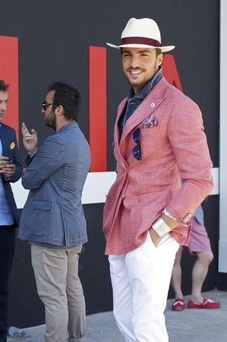 Comment porter: blazer croisé rose, chemise en jean bleue, pantalon chino blanc, chapeau de paille blanc
