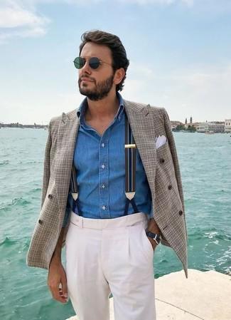 Comment porter: blazer croisé écossais gris, chemise en jean bleue, pantalon de costume blanc, pochette de costume blanche