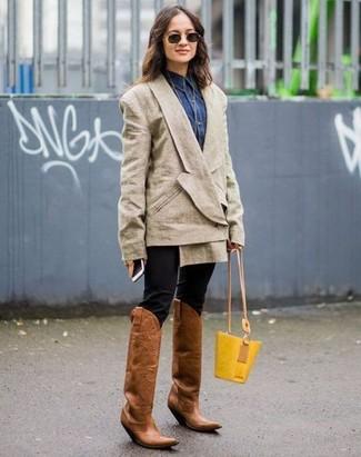 Comment porter: blazer croisé beige, chemise en jean bleu marine, pantalon slim noir, bottes western en cuir marron