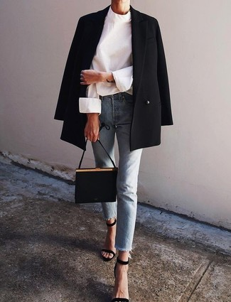 Comment porter: blazer croisé noir, chemisier à manches longues blanc, jean bleu clair, sandales à talons en daim noires