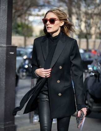 Tenue de Olivia Palermo: Blazer croisé noir, Chemisier à manches longues en soie noir, Pantalon slim en cuir noir, Pochette en cuir imprimée serpent grise