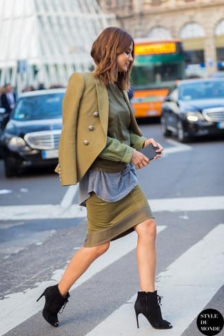 Comment porter: blazer croisé olive, chemisier à manches longues olive, t-shirt à col rond gris, jupe crayon olive